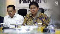 Ketua Umum Partai Golkar Airlangga Hartarto (kanan) didampingi Ketua DPR Bambang Soesatyo (kiri) saat memberi paparan terkait 'Arah Baru Politik Anggaran Partai Golkar' di Jakara, Kamis (20/9). (Liputan6.com/JohanTallo)