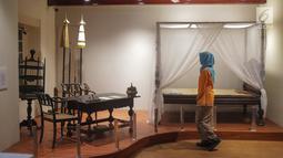 Pengunjung melihat meja dan tempat tidur Pangeran Diponegoro di  Kamar Diponegoro, Museum Sejarah, Jakarta, Senin (1/4). Kamar Diponegoro terletak di lantai 2 tepatnya di atas penjara wanita salah satu bangunan Museum Sejarah, Jakarta. (Liputan6.com/Faizal Fanani)