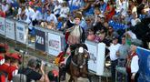 Penunggang kuda dengan kostum tradisional berkompetisi dalam turnamen lancing Sinjska Alka di Sinj, Kroasia, 9 Agustus 2020. Kompetisi berkuda yang diadakan setiap hari Minggu pertama di bulan Agustus itu memperingati kemenangan atas pasukan Ottoman pada 14 Agustus 1715. (Xinhua/Pixsell/Ivo Cagalj)