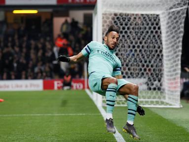 Penyerang Arsenal, Pierre-Emerick Aubameyang, berselebrasi setelah mencetak gol ke gawang Watford dalam laga pekan ke-34 Premier League 2018-19 di Vicarage Road, Senin (15/4). Arsenal mengalahkan tuan rumah Watford 1-0 lewat gol semata wayang yang dilesatkan oleh Aubameyang. (REUTERS/David Klein)
