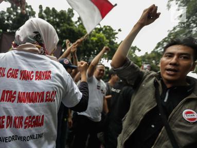 Puluhan driver online menggelar aksi unjuk rasa di depan Kementerian Perhubungan, Jakarta, Senin (22/1). Dalam aksinya mereka menolak PM 108 Tahun 2017 mengenai besaran tarif yang harus sesuai dengan agrometer taksi daring.  (Liputan6.com/Faizal Fanani)