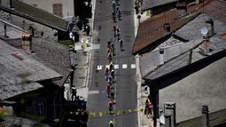 Pebalap melewati pedesaan saat beraksi di Etape 15 Tour de France antara Bourg-en-Bresse dan Culoz, Prancis, (17/7/2016). (AFP/Jeff Pachoud)