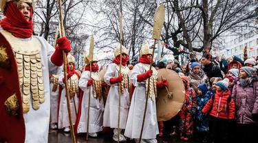 Para pelajar berpartisipasi dalam perayaan Maslenitsa di Moskow tengah, Rusia, pada 27 Februari 2020. Maslenitsa adalah hari libur tradisional di Rusia untuk merayakan awal musim semi. (Xinhua/Maxim Chernavsky)