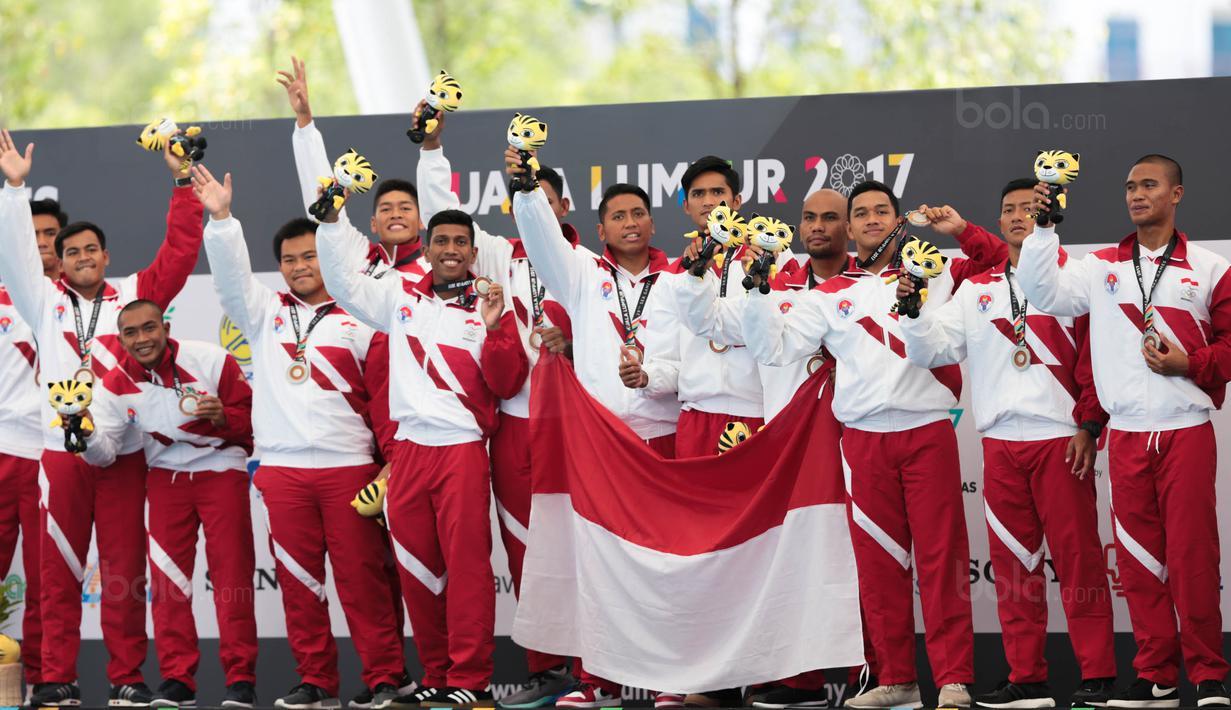 Altet polo air putra Indonesia merayakan kemenangan atas Filipina di SEA Games XXIX di National Aquatic Centre, Kuala Lumpur, Minggu (20/8). Tim Polo Air Indonesia menang dengan skor 12-5 atas Filipina. (Liputan6.com/Faizal Fanani)