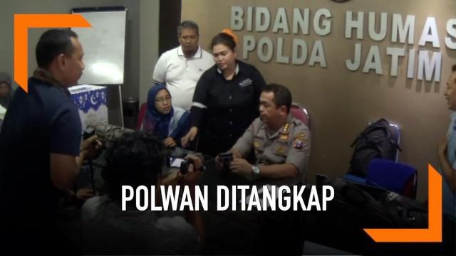 Seorang polwa asal Polda Maluku Utara ditangkap di Bandara Juanda, Surabaya. Saat diperiksa, ternyata sang polwan memiliki dua identitas berbeda yang digunakan untuk kabur dari kesatuannya.