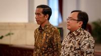 Presiden Jokowi (kiri) dan Menkeu Bambang Brodjonegoro saat acara pemberian penghargaan dalam rangka penerimaan pajak 2015 dari Kementerian Keuangan di Istana Negara, Jakarta, Rabu (20/5). (Liputan6.com/Faizal Fanani)
