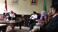 Menteri Agama Lukman Hakim Saifuddin menerima kunjungan Dubes Arab Saudi di Kantor Kemenag, Jakarta, Jumat (10/05). (Foto: Romadanyl)