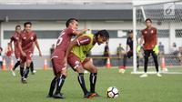 Pemain Persija, Rohit Chand (rompi) berebut bola dengan Riko Simanjuntak saat latihan resmi jelang laga melawan Arema pada lanjutan Liga 1 Indonesia 2018 di Lapangan B Kompleks GBK, Jakarta, Jumat (30/3). (Liputan6.com/Helmi Fithriansyah)