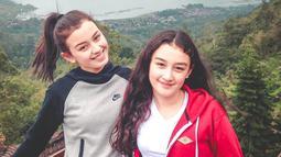 Kimberly mengunggah salah satu fotonya bersama Natasha yang saat itu masih remaja. Natasha terlihat imut dengan rambut keriting dan wajahnya yang tanpa riasan. (Liputan6.com/IG/@kimbrlyryder)