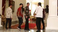 Presiden Joko Widodo atau Jokowi saat akan menggelar pertemuan dengan ganda putra bulu tangkis Kevin Sanjaya dan Marcus Gideon di Istana Merdeka, Jakarta, Senin (2/4). Jokowi ingin keduanya bisa berjaya di Asian Games 2018. (Liputan6.com/Angga Yuniar)