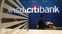 Seorang karyawan Citi Bank bersiap melayani nasabahnya di cabang Citi Bank Pantai Indah Kapuk, Jakarta, Jumat (30/10/2015). Citi Bank membuat salah satu terobosan baru yang bernama Citi Smart Branch. (Liputan6.com/Angga Yuniar)