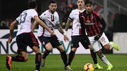 Aksi Lucas Paqueta yang tampil impresif pada laga lanjutan Serie A yang berlangsung di stadion San Siro, Milan, Senin (11/2). AC Milan menang 3-0 atas Cagliari. (AFP/Marco Bertorello)