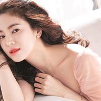 Jadi tak heran jika akhirnya Song Hye Kyo masuk dalam jajaran tiga jajaran wanita cantik di Korea bersama Jun Ji Hyun dan Kim Tae Hee. (foto: soompi.com)