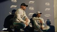 Duo pembalap Mercedes, Lewis Hamilton (kanan) dan Valtteri Bottas, setelah kualifikasi F1 GP Australia, Sabtu (16/3/2019). (Twitter/F1)