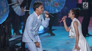 Penyanyi Rizky Ferbian saat berduet dengan pedangdut Lesti Andryani pada perayaan HUT Indosiar ke-23 di Jakarta Convention Center (JCC), Kamis (11/1). Mereka menyanyikan lagu Cukup Tau. (Liputan6.com/Herman Zakharia)
