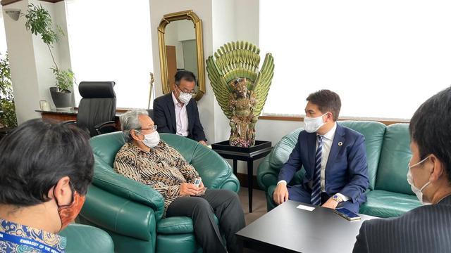 Dubes RI untuk Jepang Heri Akhmadi menerima kunjungan Wali Kota Oarai, Yutaka Kunii di Gedung KBRI Tokyo.