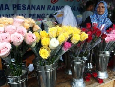 Deretan bunga mawar aneka warna dijual di kawasan Tangerang, Banten, Selasa (13/2). Jelang Valentine atau Hari Kasih Sayang, para pedagang bunga mawar mulai kebanjiran pesanan. (Liputan6.com/Angga Yuniar)
