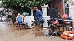 Warga mengeluarkan barang-barang mereka untuk dibersihkan setelah banjir melanda perumahan Ciledug Indah, Tangerang, Senin (21/2/2021). Banjir yang menggenangi perumahan itu membuat warga mengalami kerugian cukup besar karena barang-barang berharga mereka rusak parah. (Liputan6.com/Angga Yuniar)