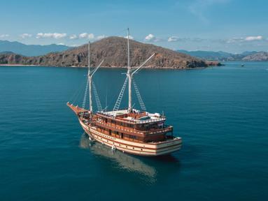 Kapal pinisi, The Maj Oceanic saat berlayar. The Maj Oceanic mengombinasikan desain tradisional dan modern memberi pengalaman pelayaran tak terlupakan. Ditambah 6+1 suite berstandar resor, kapal pinisi ini siap mengantar anda menjelajahi Taman Nasional Komodo dan Raja Ampat. (dok. The Maj Oceanic)