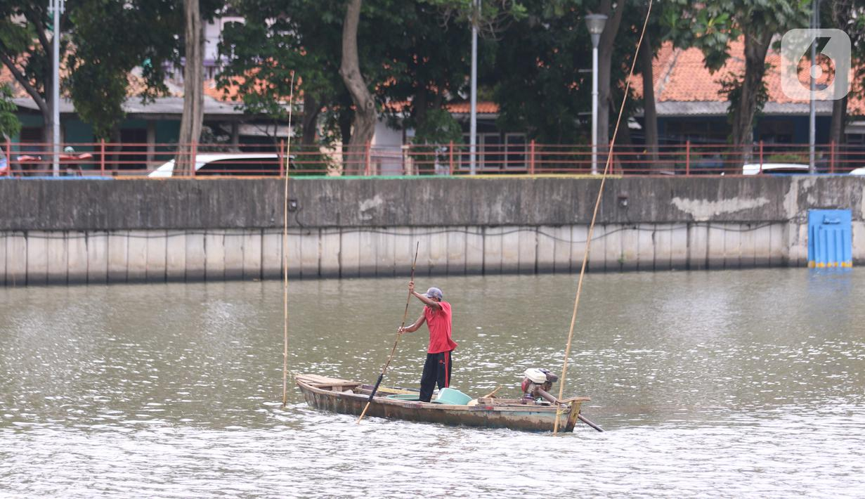 Seorang nelayan tengah mencari cacing sutra di sungai cisadane Tangerang, Senin (30/11/2020). Cacing sutra tersebut memiliki nilai ekonomis bagi para nelayan yang nantinya akan di jual untuk pakan ikan hias dan kosmetik. (Liputan6.com/Angga Yuniar)