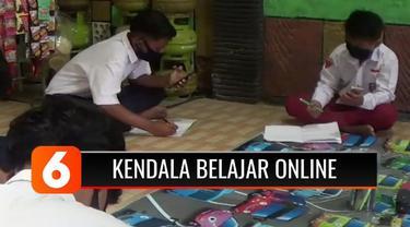 Untuk menghemat paket data, sekelompok siswa SD dan SMP di Sampang, Madura, Jawa Timur, menyewa Wifi bersama. Sementara siswa yang tidak memiliki telepon pintar terpaksa pinjam ke temannya yang juga ikut belajar berkelompok.