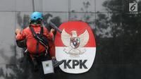 Pekerja membersihkan debu yang menempel pada tembok dan logo KPK di Gedung KPK, Jakarta, Rabu (21/11). Pemprov Papua merupakan daerah yang memiliki risiko korupsi tertinggi dengan. (Merdeka.com/Dwi Narwoko)