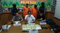 Dua kurir sabu dari Malaysia (berbaju orange) terancam hukuman mati akibat pekerjaan haramnya. (Liputan6.com/M Syukur)