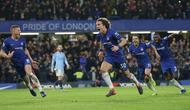 Bek Chelsea, David Luiz (tengah) berlari merayakan setelah mencetak gol kedua timnya selama pertandingan Liga Premier Inggris melawan Manchester City di Stamford Bridge di London (8/12). Chelsea menang 2-0 atas City. (AP Photo/Tim Ireland)