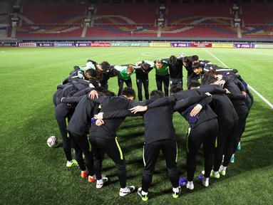 Para pemain Korea Selatan berkumpul sebelum melakukan latihan tim di Stadion Kim Il Sung di Pyongyang (14/10/2019). Korea Selatan akan bertanding melawan Korea Utara pada grup H kualifikasi Piala Dunia 2022. (Korea Football Association/AFP)