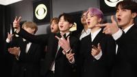 Boyband Bangtan Boys alias BTS berpose di karpet merah setibanya pada perhelatan Grammy Awards 2019 di Staples Center, Los Angeles, Minggu (10/2). Penampilan stylist BTS itu merupakan karya dua desainer asal Korea Selatan. (Rich Fury/Getty Images/AFP)
