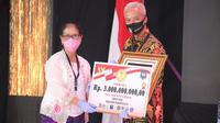 Penghargaan Inovasi Daerah Dalam Tatanan Normal Baru diterima oleh Gubernur Jawa Tengah Ganjar Pranowo dari Sekretaris Kementerian Pariwisata dan Ekonomi Kreatif (Sektor Tempat Wisata).
