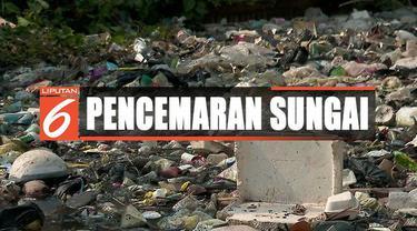 Sampah-sampah di Kali Bahagia, Bekasi, mulai dibersihkan usai menumpuk selama enam bulan.