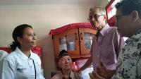 Menteri BUMN Rini Soemarno bertamu Mustofa Sulaiman, pensiunan Telkom. Foto: Merdeka.com/Wilfridus Setu Umbu