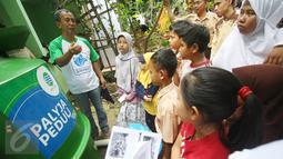 Siswa dan siswi sekolah dasar mendengarkan penjelasan petugas Palyja saat mengikuti kegiatan dalam acara Aksi Cinta Lingkungan di Sungai Ciliwung, Jakarta, Rabu (21/12). (Liputan6.com/Immanuel Antonius)