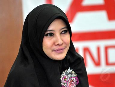 Peggy Melati Sukma dalam konferensi pers yang diselenggarakan salah satu lembaga kemanusiaan di Masjid Istiqlal, Selasa (12/8/14). (Liputan6.com/Panji Diksana)