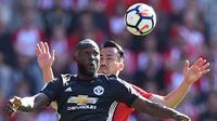 Striker Manchester United Romelu Lukaku mendapat pengawalan dari bek Southampton Maya Yoshida pada laga Premier League di St Mary's, Southampton, Sabtu (23/9/2017). (AFP/Glyn Kirk)