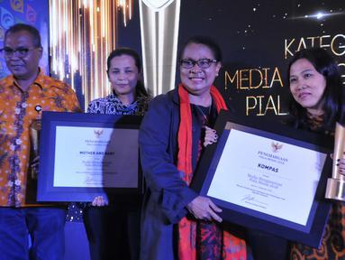 Menteri PPPA, Yohana Yembise menganugerahkan Peraih Penghargaan Media Menginspirasi Piala Merak 2018  kepada Perwakilan Dewan Redaksi Kantor Berita Antara, Mother & Baby dan Harian Kompas di Jakarta, Jumat (7/12). (Liputan6.com/Pool/Humas KPPPA)