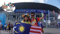 Suporter asal Malaysia di Piala Dunia 2018 , Kwek Huang Kun (kanan) dan istrinya Emily Wan, di depan Saint Petersburg Stadium, Sabtu (14/7/2018). (Okie Prabhowo)