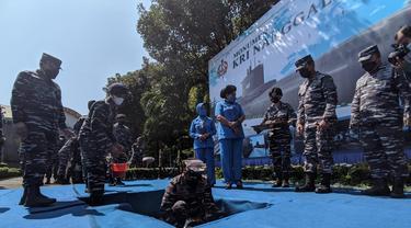 KSAL Laksamana TNI Yudo Margono meletakkan batu pertama pembangunan monumen kapal selam KRI Nanggala 402. (Dian Kurniawan/Liputan6.com)
