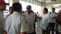 Menhub Budi Karya Cek E-Ticketing di Terminal Pulo Gebang (Liputan6.com/Maulandy Rizky Bayu Kencana)