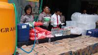 Ribuan botol dan jeriken berisi minuman keras jenis arak disita Polres Malang Kota, Jawa Timur (Liputan6.com/Zainul Arifin)