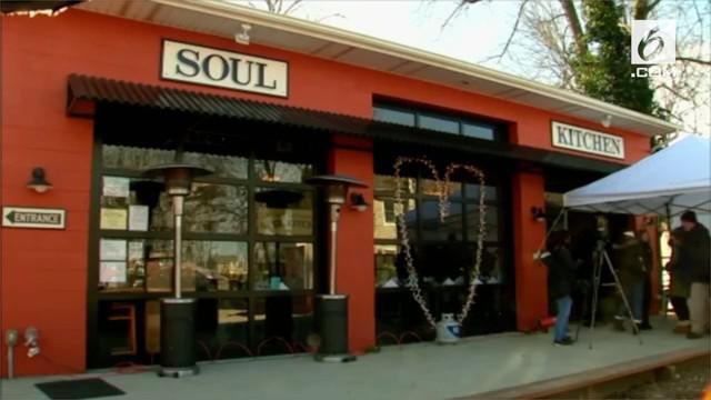 Restoran milik Bon Jovi berbagi makanan gratis kepada pegawai federal yang terkena dampak penutupan pemerintahan  AS. Restoran bekerja sama dengan organisasi milik Gubernur Phil Murphy.