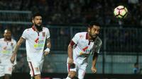 Ponaryo Astaman menghalau bola serangan Arema kala duel Arema vs Pusamania Borneo FC di Stadion Kanjuruhan, Malang, Minggu (30/7/2017). (Bola.com/Iwan Setiawan)