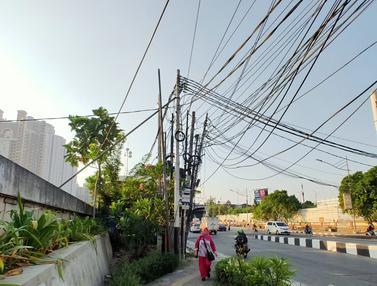 Kabel Semrawut Hiasi Kawasan Mangga Dua