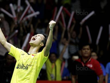 Tunggal putra Indonesia, Anthony Ginting, merayakan kemenangan atas wakil Jepang, Kazumasa Sakai, pada laga final Indonesia Masters 2018 di Istora Senayan, Minggu (28/1/2018). Anthony Ginting menang 21-13 dan 21-12. (Bola.com/M Iqbal Ichsan)