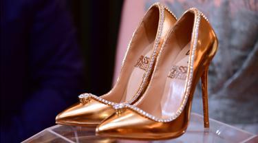 Sepasang sepatu high heels  The Passion Diamond  dipamerkan di Burj Al  Arab 3ee3648ebc