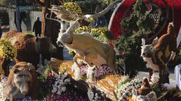 Sebuah mobil hias yang berisi patung aneka satwa ikut berparisipasi di Rose Parade, Pasadena, California (1/1/2016). Acara Rose Parade menjadi acara yang dinantikan penduduk Pasadena setiap awal tahun (REUTERS / David McNew)