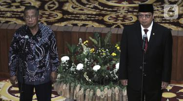 Darmin Nasution (kiri) bersama Airlangga Hartarto menghadiri acara serah terima jabatan (Sertijab) Menteri Koordinator Bidang Perekonomian di Kemenko Perekonomian, Jakarta, Rabu (23/10/2019). Airlangga secara resmi menggantikan Darmin Nasution sebagai Menko Perekonomian. (merdeka.com/Iqbal Nugroho)