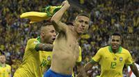 Gelandang Brasil, Richarlison, merayakan gol yang dicetaknya ke gawang Peru pada laga final Copa America 2019 di Stadion Maracana, Rio de Janeiro, Minggu (7/7). Brasil menang 3-1 atas Peru. (AFP/Juan Mabromata)