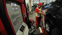 Petugas mengisi bahan bakar minyak di salah satu SPBU di Jakarta, Rabu (24/12/2014), (Liputan6.com/Miftahul Hayat)